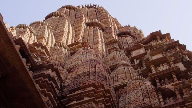 Les temples de Khajuraho sont d'une beauté incroyable avec la presence de centaines de statues sur plusieurs etages. Photo blog voyage tour du monde http://yoytourdumonde.fr