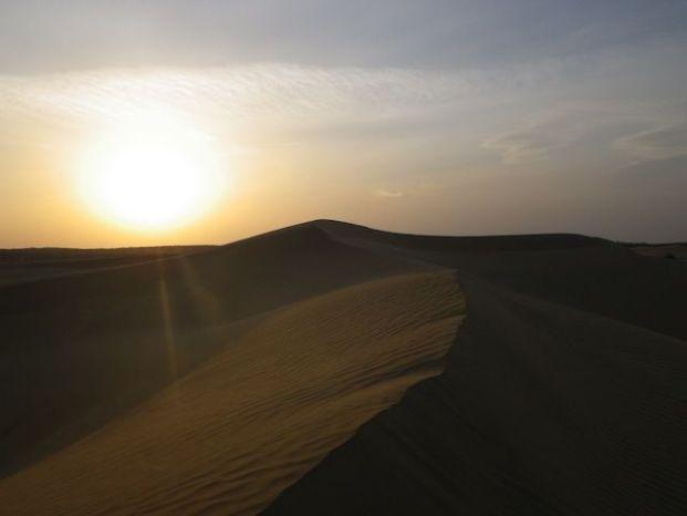 Vous devez absolument faire un circuit de 2 jours dans le désert de Thar comme cela vous allez pouvoir dormir à la belle étoile et cela donne des moments extraordinaires photo voyage tour du monde http://yoytourdumonde.fr