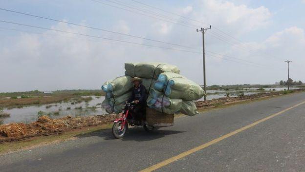 Les motos sont pleine à craquer entre le poste frontalier du Cambodge et du Vietnam. Photo prise à Kep sur blog http://yoytourdumonde.fr