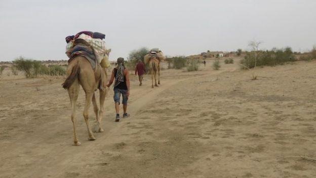 non loin de Jaisalmer dans le Rajasthan en compagnie des dromadaires photo blog voyage tour du monde http://yoytourdumonde.fr