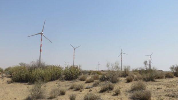 Il y a d'enorme eoliennes dans le desert de thar ce qui est tres surprenant mais apres une journée elles deviennent inexistantes il n'y a que le desert photot voyage tour dumonde http://yoytourdumonde.fr