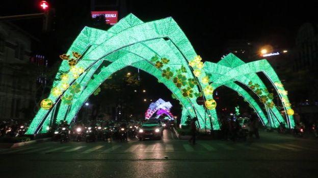 Vietnam: Durant la période de Noel, les avenues de la ville de Saigon sont illuminées de 1000 feux!
