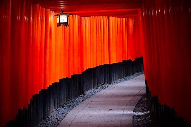 Les magnifiques couleurs rougse et noirs du Fushimi Inari Taisha photo blog voyage tour du monde http://yoytourdumond.fr