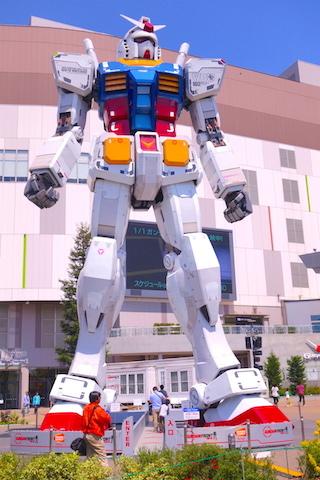 Dans le quartier Minato se trouve un musée Gundam Seed à voir. Photo blog voyage tour du monde http://yoytourdumonde.fr