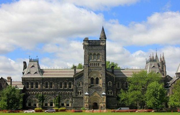 Le campus de Toronto se trouve en plein centre ville c'est un melange entre Harry Potter et l'ancienne Angleterre photo voyage tour du monde http://yoytourdumonde.fr