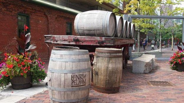 Le quartier de la distillerie de Toronto est un ancien quartier qui a parfaitement reussi se reconvertion. Un endroit tranquille pour lire un livre devant une tasse de café photo blog voyage tour du monde http://yoytourdumonde.fr