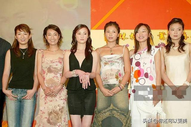 Archeology to a photo of female celebrities that no one has won↓ From left to right:Huang Yi is 26, Ma Yili is 27, Jiang Qinqin is 28, Liu Tao is 25, Qin Lan is 24, and Wang Yan is 29.  Now it seems that the makeup, hairstyle and clothing at that time all revealed the rusticity of the screen, but at that time the lower jaws of the female stars were still normal, and there was no small V face that looked at it across the board.