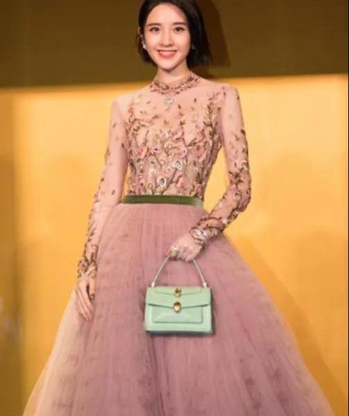Tang Yixin's new heights after marriage! A pink retro veil, transformed into a sweet flower fairy