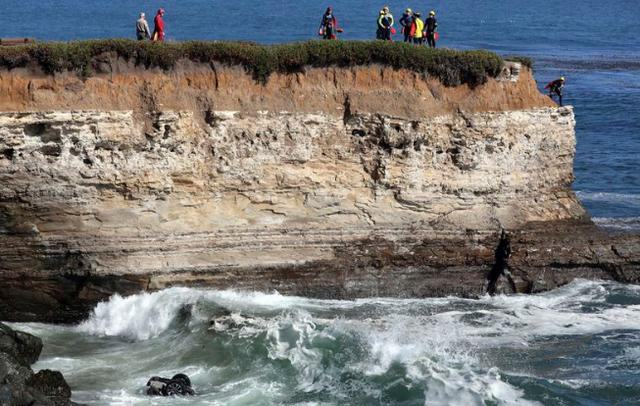 The American man robbed the car and fled, the speeding car rushed down the cliff and fell into the Pacific Ocean