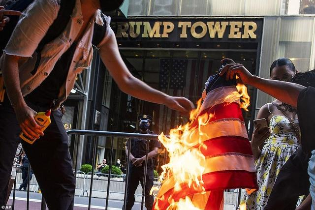 Independence Day nationwide set off a wave of protests, the people burned the flag in front of the Trump Tower:the United States is never great