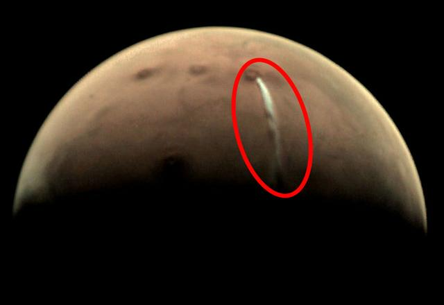 """1500 kilometers of white smoke erupted on Mars, is that""""Martian"""" firing?"""