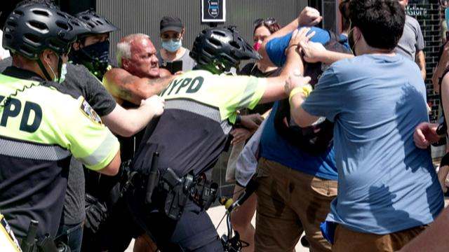 """""""The life of black people is also life!"""" American protesters clash with police supporters"""
