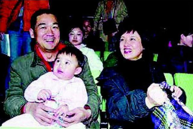 Zhang Guoli is not as good as before! Unsteady walking needs help from an assistant, second marriage and no child to adopt a son and a daughter