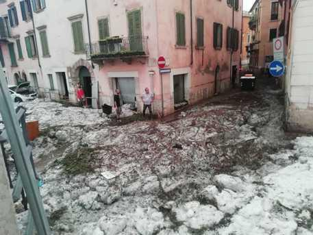 Italy's Verona is hit by a severe hailstorm, the region declares a state of crisis