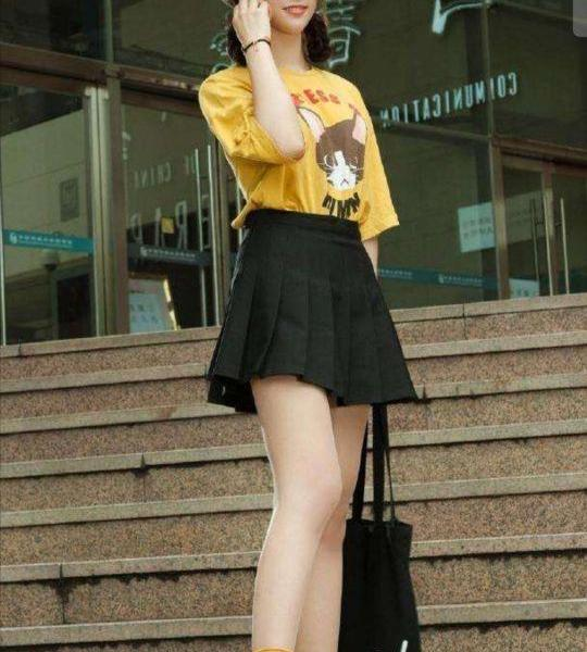Youthful, short pleated skirt has the beauty of fairy tales!