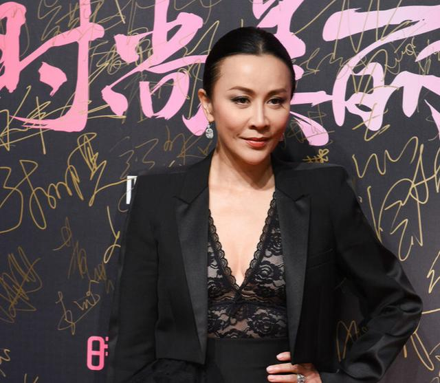 55-year-old Carina Lau really knows how to wear a black lace skirt with a suit jacket, her big back is cool and domineering