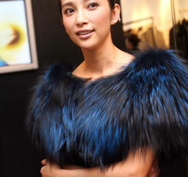 Li Bingbing's clothes look really arrogant, the fur looks luxurious and feels very expensive