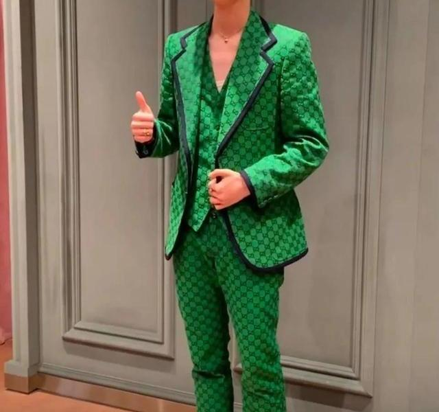 """Is this a fashion event or a township model contest? Lu Han""""Red with Green, Bullshit Racing"""""""