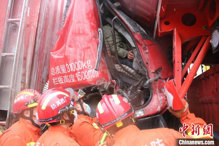 Slippery roads in Guilin, Guangxi cause multiple traffic accidents, emergency fire rescue