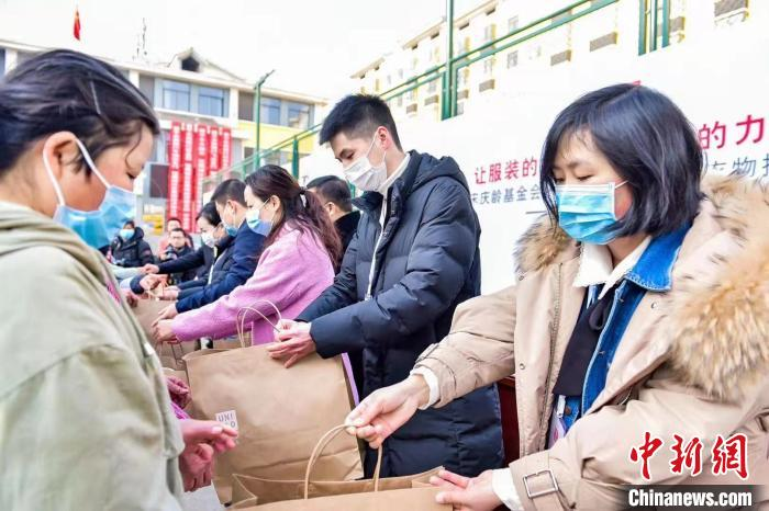 China Soong Ching Ling Foundation went to Guizhou to donate new warm clothes