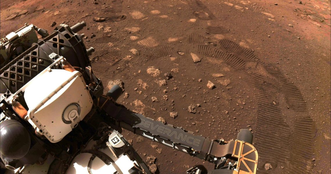 """NASA """"Perseverance"""" launches for the first time and leaves a footprint on the surface of Mars"""