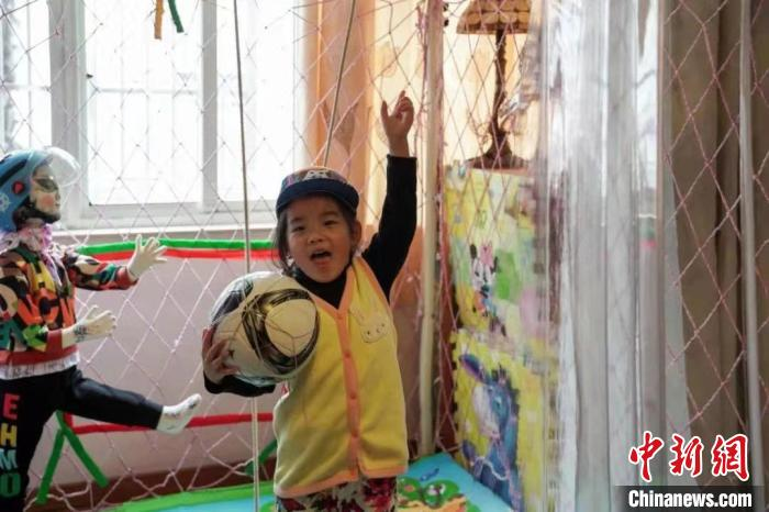 """You can play at home! Shanghai 89-year-old """"inventor grandpa"""" builds a football house"""