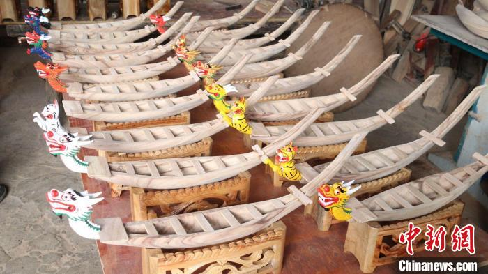 The seventy-year-old man in Daoxian County, Hunan has been in love with dragon boats for 56 years