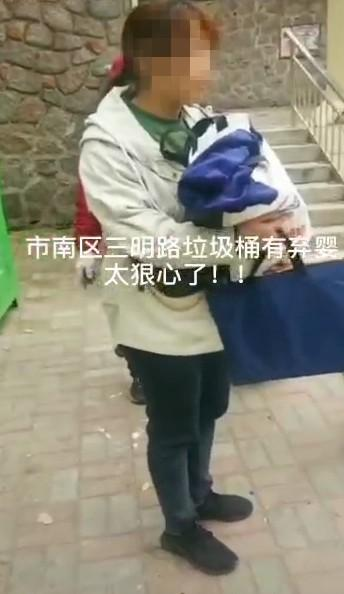 On a trash can in Qingdao, a baby girl was surprised to find that she didn't even wear any baby clothes! The physical examination is all normal, the police:has been involved in the investigation