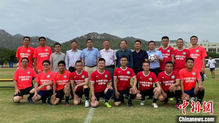 Rong Zhixing sends the ball to the campus in Shanwei, teaches football culture by precept and deeds