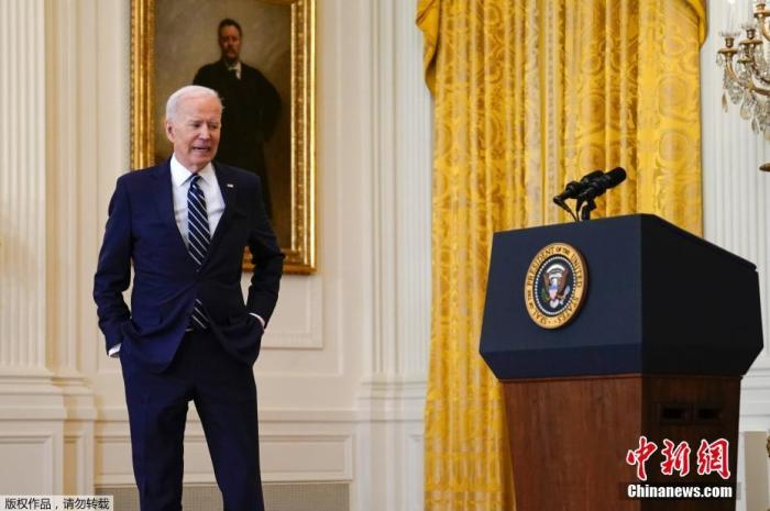 Biden announced that fully vaccinated people can wear masks outdoors, but he does this?