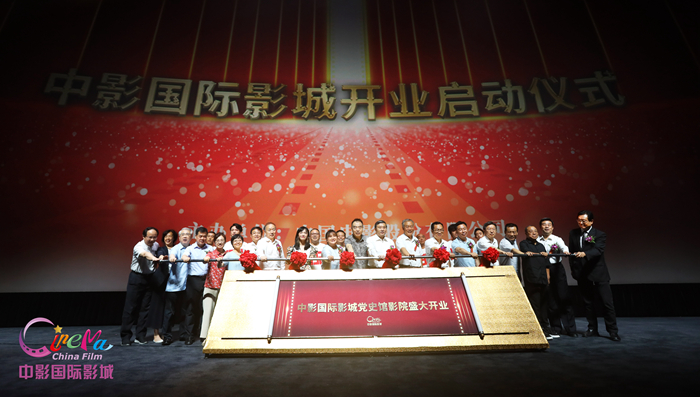 """""""1921"""" premiered in the theater of the Party History Museum, director Huang Jianxin talks about filming experience"""