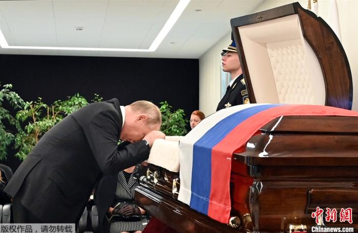 Putin shed tears at the farewell ceremony of a high-ranking official who died in Russia and leaned his head on the coffin twice