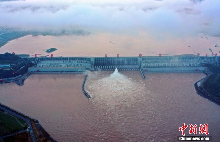 """The Three Gorges Dam opens a hole for flood discharge in response to the """"Yangtze River No. 1 Flood in 2021"""""""