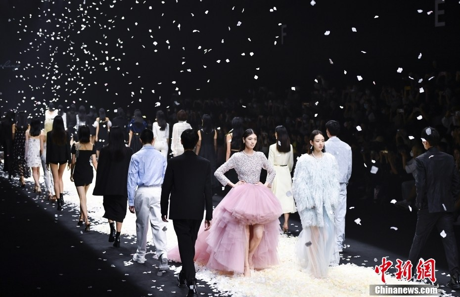 """JUMPER ZHANG 2022 spring and summer """"early heart·blooming"""" theme fashion conference held"""