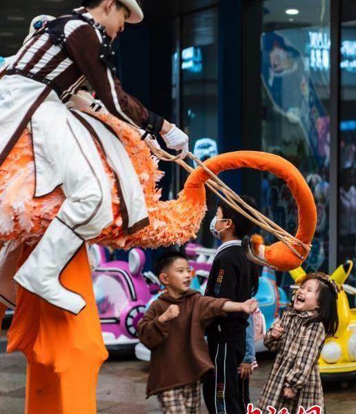 Beijing street circus attracts people during the National Day holiday