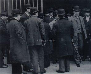 Hipólito Yrigoyen saliendo de la convención de la UCR en 1909