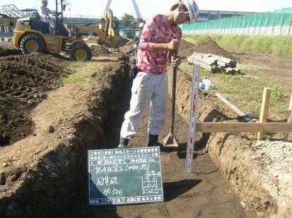管のまわりは保護砂で埋戻していきます