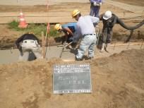 掘削した場所に砕石を設置しさらにコンクリートの下地を作っていきます