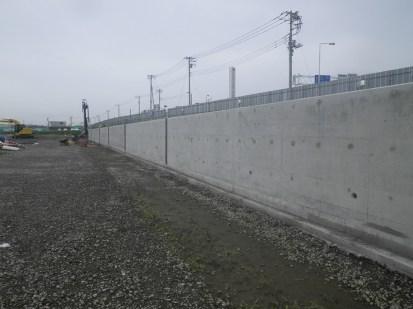 テニスコート部分の擁壁が完了しました