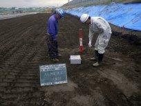 ③RI測定器にて締め固めた土の強度を測定します