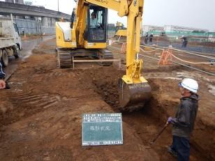 側溝の設置箇所を掘削している様子
