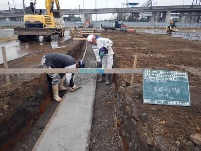基礎となるコンクリートを打設している様子