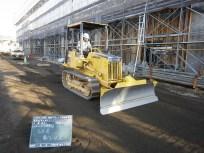 メインスタンド裏にてインターロッキング舗装の下地となる砂を敷き均している様子