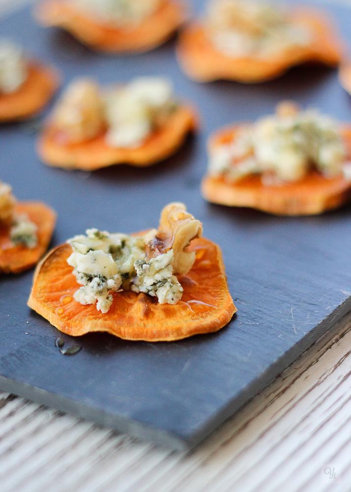 Chips de batata con queso azul y nueces