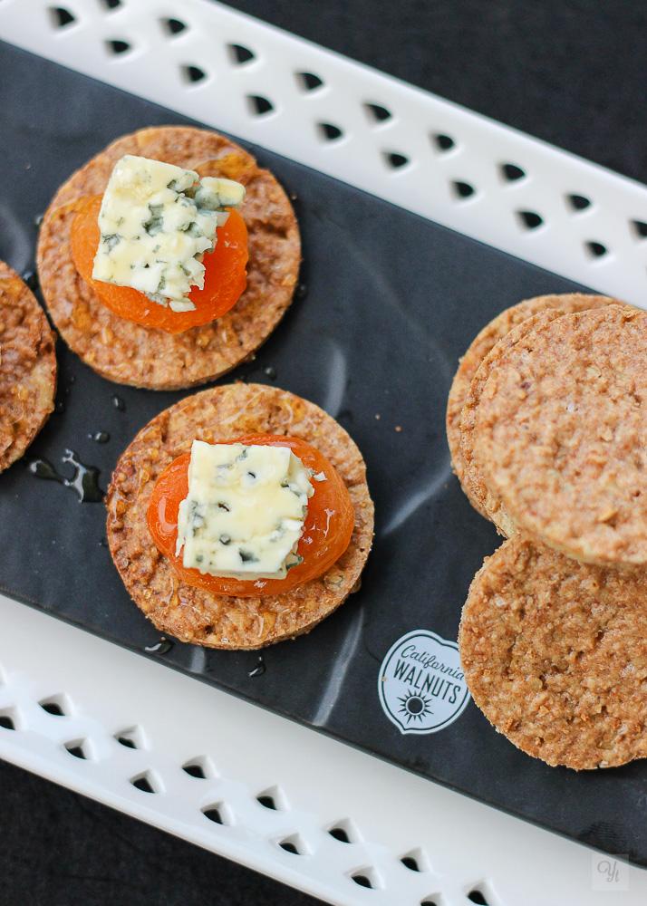 Cracker de nueces con orejones y queso azul
