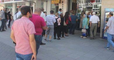 Vatandaşlar döviz bürolarının önünde kuyruk oluşturdu dolar bozduruyor