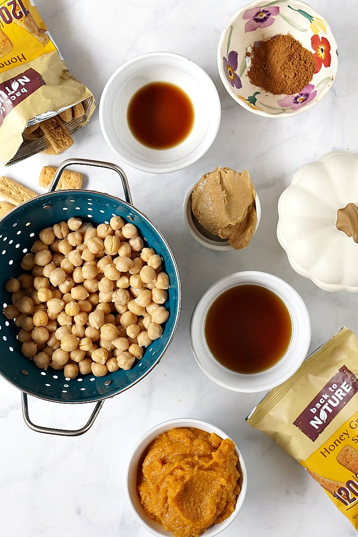 Pumpkin pie dessert hummus is made with amazingly healthy ingredients like chickpeas, pumpkin, and maple syrup.