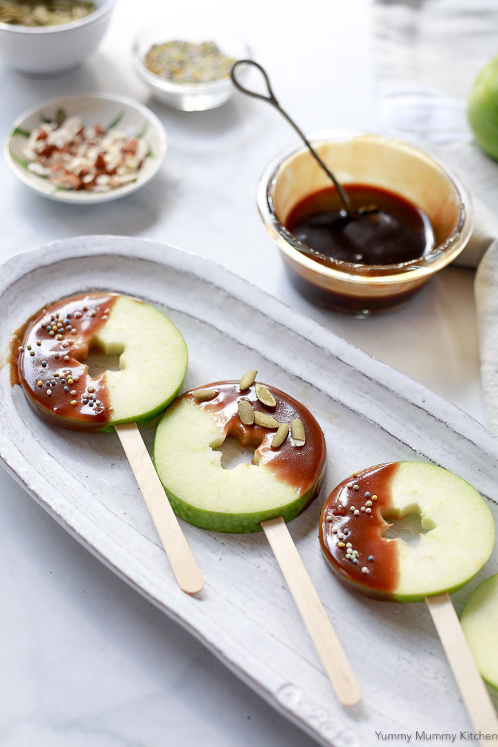 Caramel apple slices are so fun! This natural recipe is #vegan and #paleo.