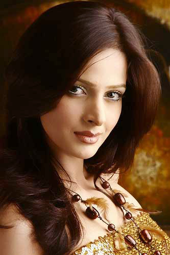 Hot Model Saba Qamar Kiss