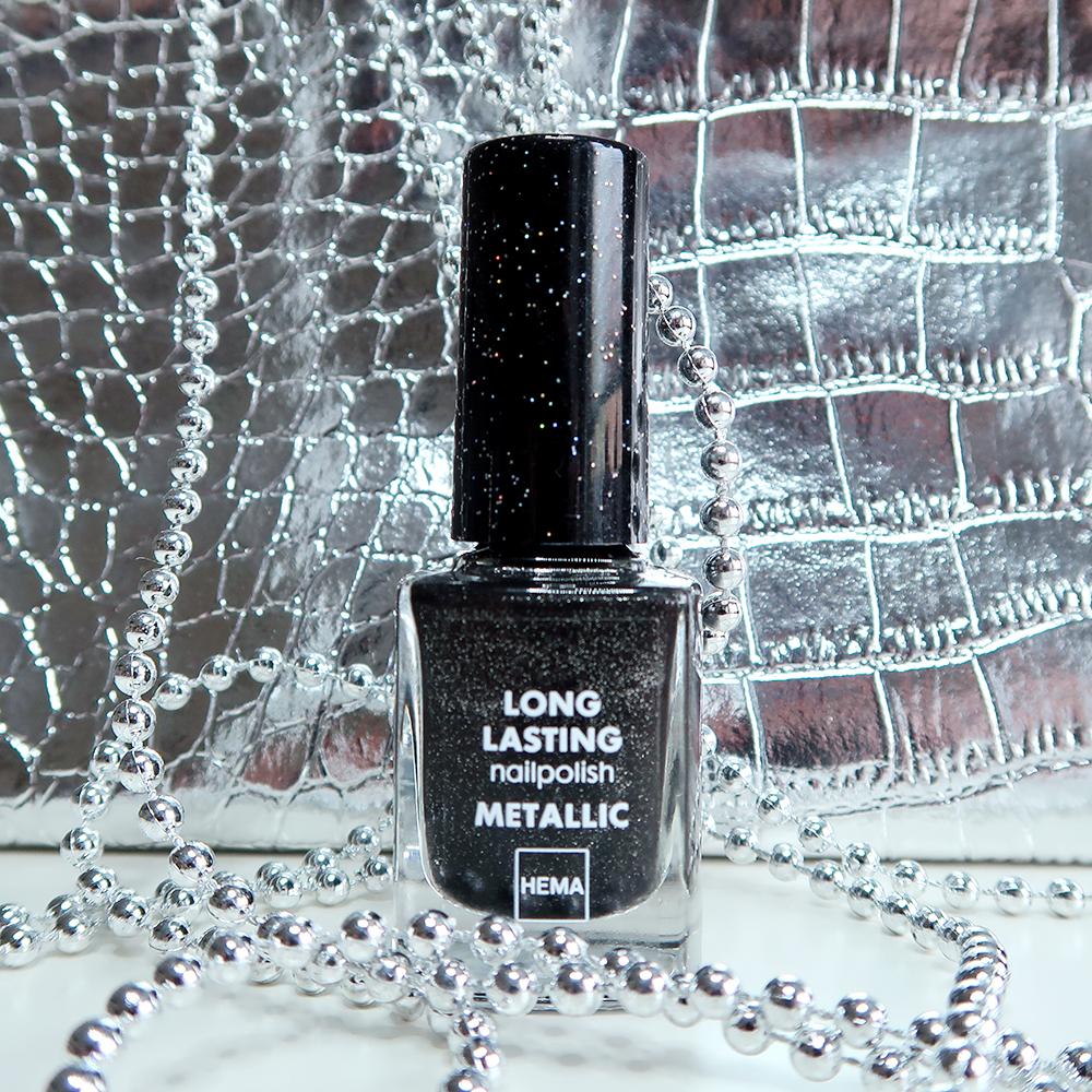 Swatched-it | Zwarte nagels met een extraatje?